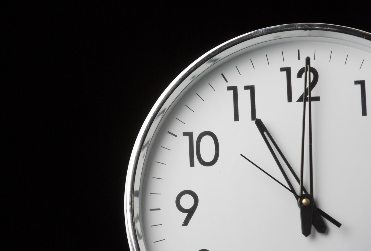 Analog clock with the time 11 o'clock